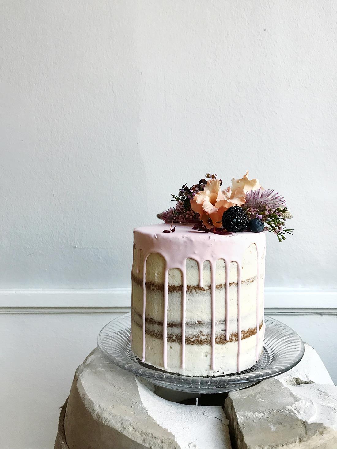 79d72334620a Skal den være helt traditionel høj og i flere lag  Skal den være moderne og  utraditionel  Skal den være flad og minimalistisk  Skal vi have mange små  kager ...