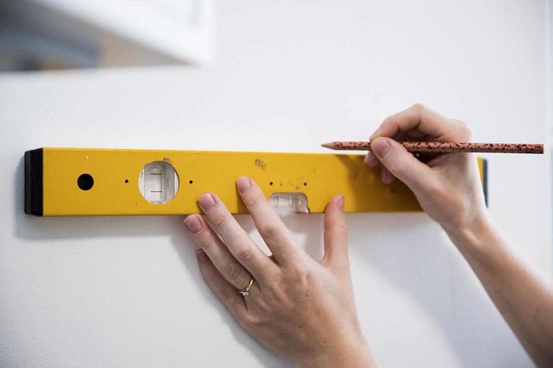 DIY: Sådan sætter man fliser på køkkenvæggene - Copenhagen Cakes